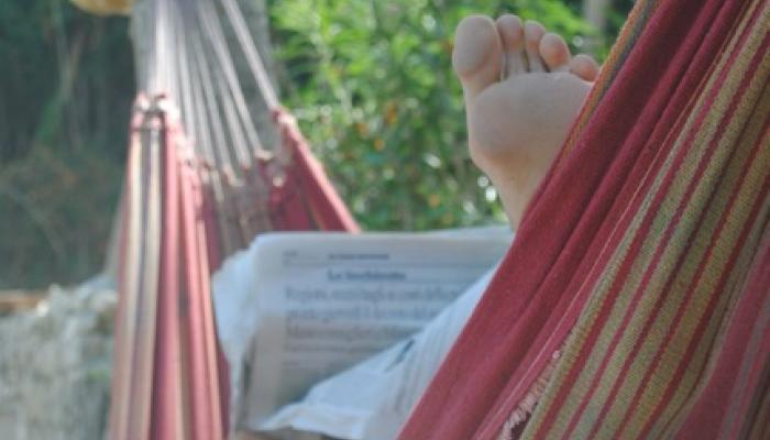 läsa tidningen i en hängmatta