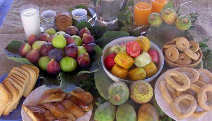 frukost med lokala bakverk och frukter